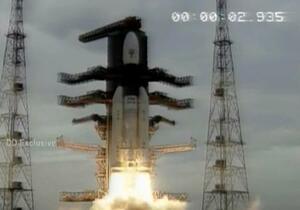インド南部アンドラプラデシュ州から打ち上げられる、無人月探査機を搭載したロケット=22日(DOORDARSHAN提供、AP=共同)