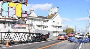 クレーンなどの落下物が道路を防ぎ、片側交互通行になっている国道34号=神埼市神埼町姉川