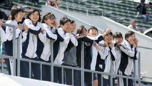 「ファイト!!」スタンドから選手に声援を送る高校生