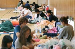 大阪府茨木市の避難所で、一夜を明かした人たち=19日午前