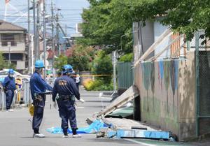 大阪府北部地震で倒壊した高槻市立寿栄小のプールの塀=18日