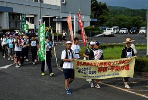 核廃絶を訴えて行進に出発する伊万里・西松浦地区平和運動センターのメンバー=伊万里市役所