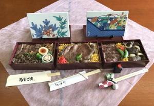 食のまちづくりフォーラムで販売する「伊万里牛の陶彩弁当」。左から「はかせ」「ひさご」「風の丘」。陶板は松竹梅(左)と宝づくしの2種類