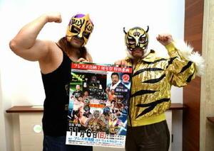 6日、鳥栖市で開催される「佐賀プロレス」をPRするサガン虎さん(右)とKINGさん=佐賀市の佐賀新聞社