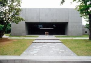 チェッコ・ボナノッテ氏が世界で最初に設計した建築物として注目を集める中冨記念くすり博物館=鳥栖市神辺町