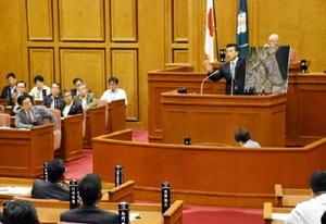諫早湾のパネルを示しながら有明海再生についてただす議員=佐賀県議会