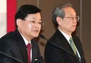 記者会見する、東芝のCEOに就任する車谷暢昭氏(左)と綱川智社長=14日午後、東京都内