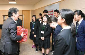 副島良彦副知事(左)にお土産を渡した生徒たち=県庁