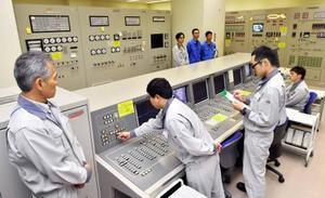 福井県敦賀市の高速増殖原型炉もんじゅで、使用済み核燃料の取り出し作業を開始する操作員ら=30日午前(代表撮影)