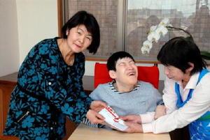 目録を手渡すJAさが中部地区の野田満子女性部長(左)=佐賀市金立町のこども発達医療センター