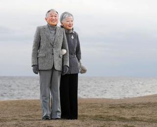 両陛下、葉山の海岸散策