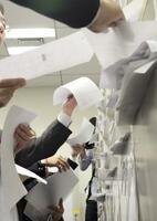 決算資料を配布する担当者=東京・日本橋兜町の東京証券取引所