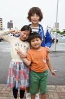 水田はなさん、まどかさん、康士郎君(左から)=鳥栖市のフレスポ鳥栖前