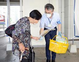 街頭活動で、チラシを配布する参加者=佐賀市の佐賀駅バスセンター