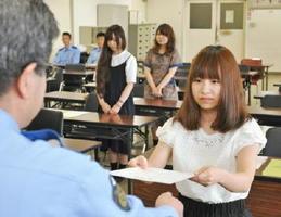 「交通安全キャンパスリーダー」の委嘱を受けた学生たち=佐賀北署