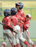 2回戦・能古見少年―上峰少年 上峰少年6回裏1死二、三塁、4番木谷晃太(右から2人目)が右前へサヨナラ適時打を放ち、抱き合って喜ぶ上峰少年ナイン=みどりの森県営球場