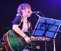 「慟哭」を歌うカノエラナさん=佐賀市呉服元町の656広場
