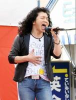 ふるさとのステージで熱唱する元クリスタルキングの田中昌之さん=伊万里市