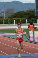 2時間25分9秒で男子フルマラソンを制した杵島郡白石町の稲冨智希(流通経済大)=佐賀県総合運動場陸上競技場