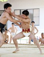 唐津工の副将・釘抜公也が得意の「突き出し」で勝利した=佐賀市の県総合体育館相撲場