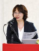 「給食費未納を要支援のシグナルととらえるべき」と話した鳫咲子教授=佐賀市の佐賀県自治労開館