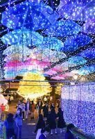 サガ・ライトファンタジーが開幕し、ライトアップされた街を散策する人たち=29日夜、佐賀市唐人(撮影・米倉義房)