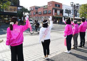 佐賀県議選の選挙戦最終日、街頭で支持を訴える候補者=6日午後、佐賀市内(一部を画像加工しています)