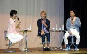 子育てや育休取得について考えを語るタレントのつるの剛士さん(中央)と山口祥義知事(右)=佐賀市の市村記念体育館