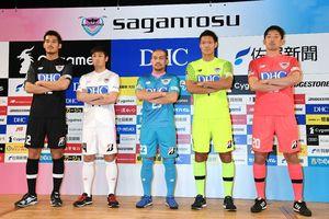 今季の新ユニホームを披露する吉田豊主将(中央)ら鳥栖の選手たち=鳥栖市民文化会館