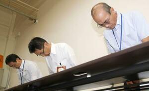 岡山理科大獣医学部の施設整備費補助金関係文書の開示ミスについて謝罪する愛媛県の担当者ら=12日午後、愛媛県庁