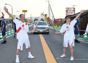 トーチキスでポーズを決める森勇さん(左)と高橋心愛さん=10日夕、杵島郡大町町