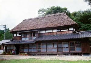 立派な茅葺き屋根が重厚な雰囲気を醸し出している=佐賀市三瀬村藤原