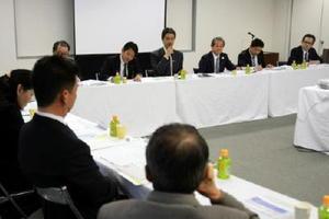 懇話会では、米国新政権の経営への影響や高齢者向けの商品開発などについて説明した=佐賀市の日本生命佐賀支社