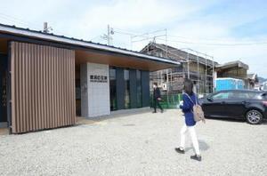新しく建設されたJR長崎線肥前白石駅の駅舎と、解体工事が始まっている旧駅舎(右)=白石町