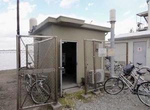 原子力艦が寄港する神奈川県横須賀市の米軍基地で、放射線を監視する装置が入る施設(原子力規制委員会の報告書より)