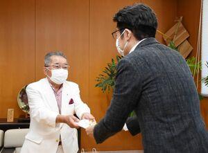 目録を小松政市長(右)に手渡す武雄ロータリークラブの原隆司会長=武雄市役所