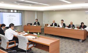 行政業務でのAI活用に向け、意見を交わした調査研究委員会=佐賀市役所