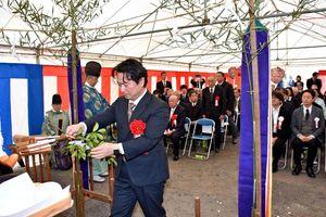 工事の安全を祈願し、玉串を奉納する山田町長=江北町
