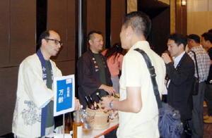 県内の11蔵元が参加した「九州の日本酒を楽しむ会イン大阪」。佐賀の蔵元ブースにも多くの人が集まり佐賀の地酒を味わった=大阪市