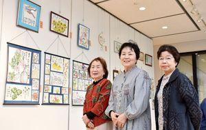 絵手紙展を開いている野菊の会の大川玲子さん、小野慧子さん、深川智子さん(左から)=小城市のゆめぷらっと小城