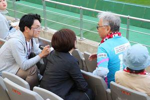 韓国の新聞社やテレビ局から取材を受ける鳥栖サポーター