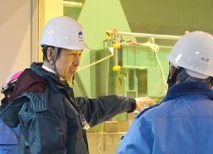 新潟県の東京電力柏崎刈羽原発6号機の原子炉建屋を視察する米山隆一知事=1日午前