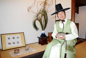 登り窯で焼いた茶わんの作陶展を開いている張さん=有田町のギャラリーペクパソン