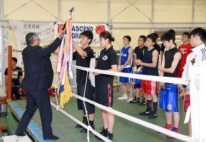 団体優勝の高志館に優勝旗が手渡された=佐賀市の県総合運動場ボクシング場