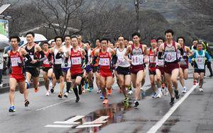 雨の中、唐津・東松浦地区予選で競い合う選手たち=玄海町町民会館前