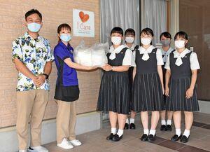 手作りマスクを有料老人ホーム「アイケアレジデンス佐賀」に寄贈する佐賀清和高インターアクト部の部員たち=佐賀市木原の同ホーム