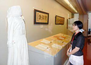大河ドラマ「八重の桜」で綾瀬はるかさんが着用した看護服などが並ぶ企画展=佐賀市の佐野常民記念館