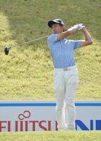 10番でティーショットを放つ吉田多聞=岡山県の東児が丘マリンヒルズゴルフクラブ