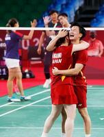 混合ダブルス3位決定戦で香港ペアに勝利し銅メダルを獲得、抱き合って喜ぶ渡辺勇大(右)、東野有紗組=武蔵野の森総合スポーツプラザ
