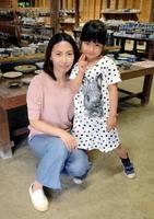 小田真弓さんとひよりちゃん=嬉野市の志田陶磁器「志田の蔵」